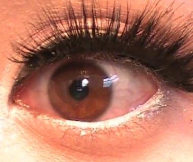Avant : yeux rouges